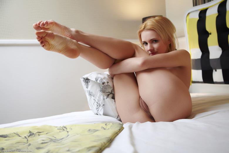 пизда ноги на столе фото