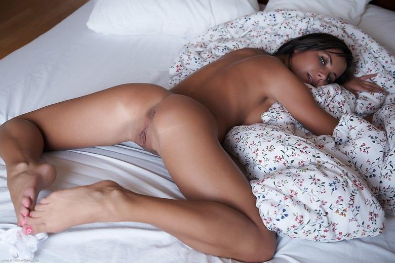 фото домашней пизды брюнетки в постели